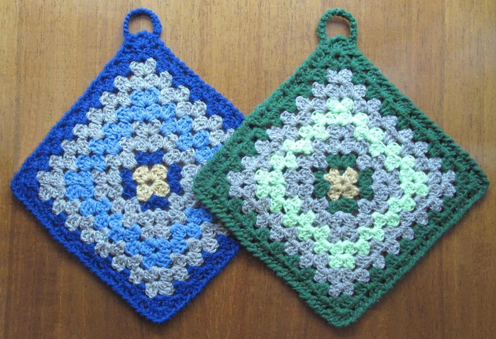 Вязание крючком.  Для вязания прихваток Вам потребуется: * остатки разноцветной яркой пряжи одной толщины...