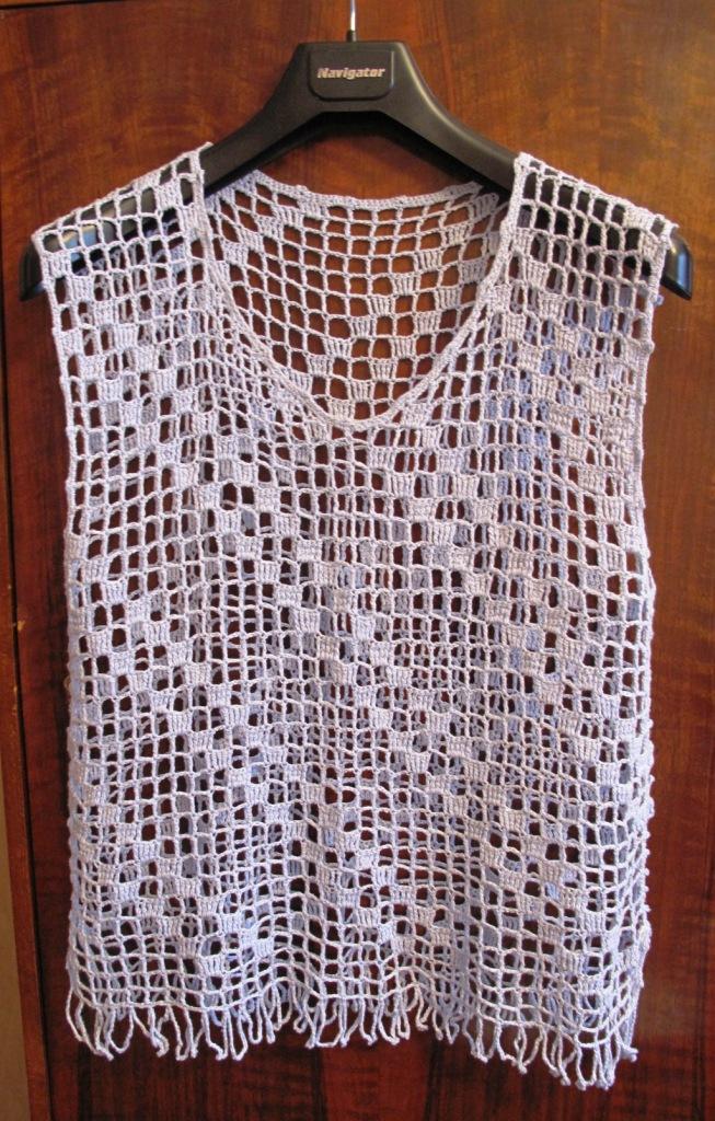 Основой филейного вязания является сетка из пустых и заполненных клеток. Она вяжется столбиками с накидами и воздушными петлями между ними. Различные узоры