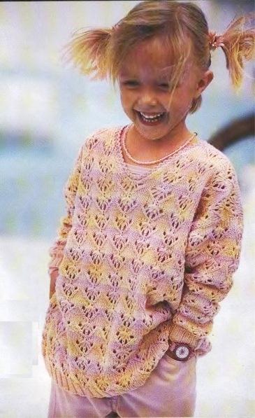 Полосатый пуловер для девочки с фантазийным узором